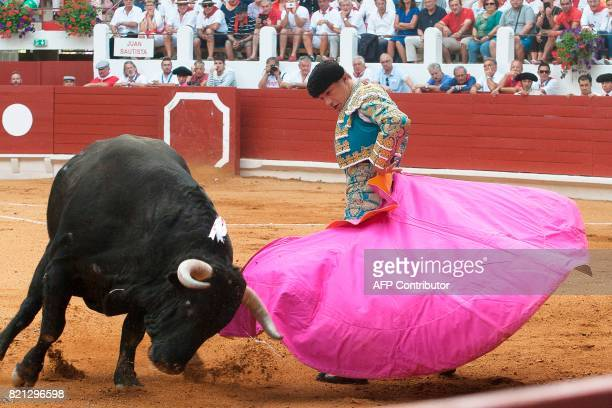 Mexican matador Luis David Adame performs a pass in SaintVincentdeTyrosse on July 23 2017 / AFP PHOTO / Daniel VELEZ
