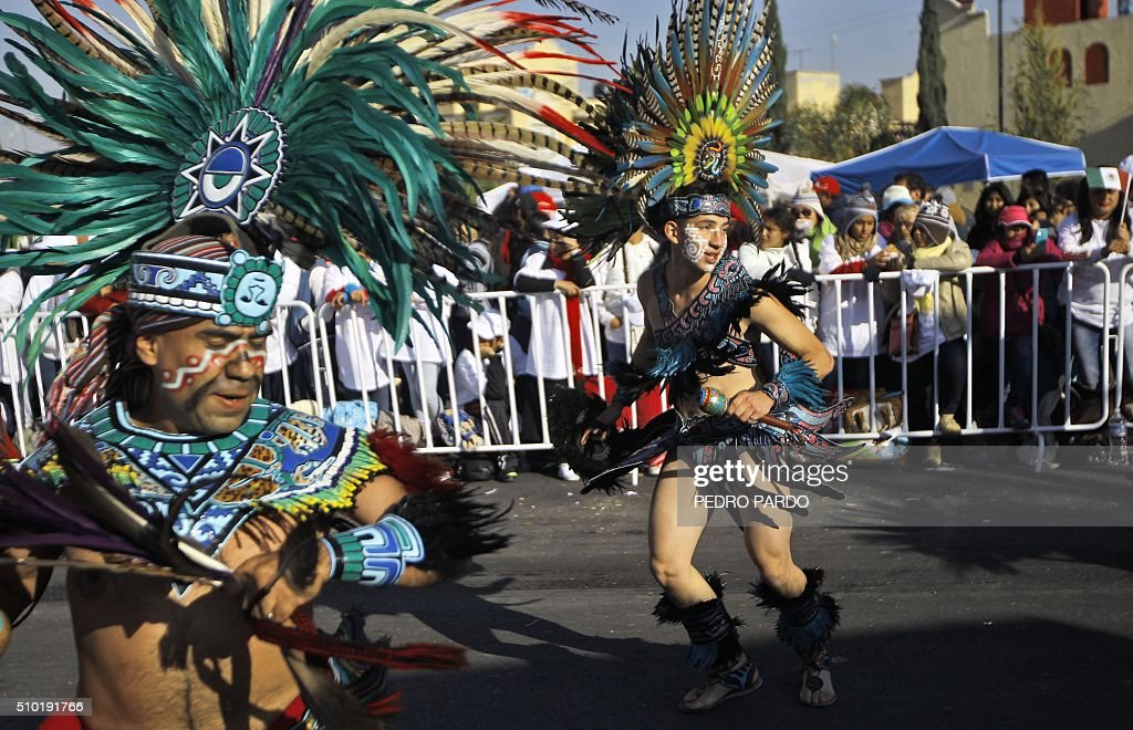 Mexican natives perform before the arrival of Pope Francis in Ecatepec --a rough, crime-plagued Mexico City suburb-- where he is to celebrate an open-air mass, on February 14, 2016. Pope Francis has chosen to visit some of Mexico's most troubled regions during his five-day trip to the world's second most populous Catholic country. AFP PHOTO / PEDRO PARDO / AFP / Pedro PARDO