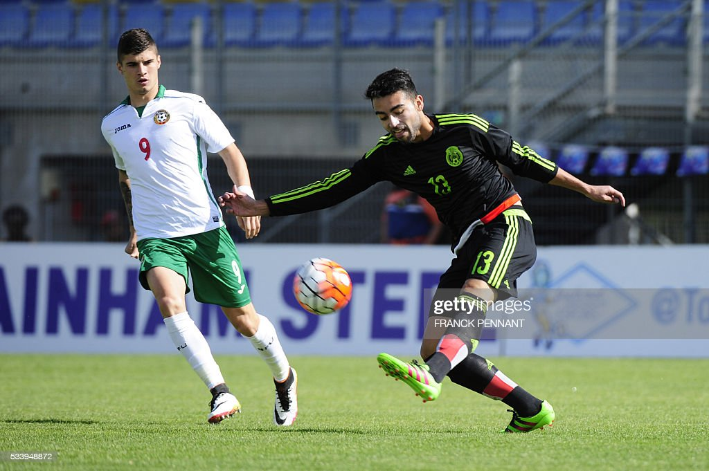 Mexican's player Garcia Sancho (R) fights for the ball with Bulgarian's player Georgi Minchev during the Under 21 International Football championship match betwen Bulgaria and Mexico at the Perruc stadium in Hyeres, southern France on May 24, 2016, as part of the Toulon Hopefuls' Tournament. / AFP / Franck PENNANT