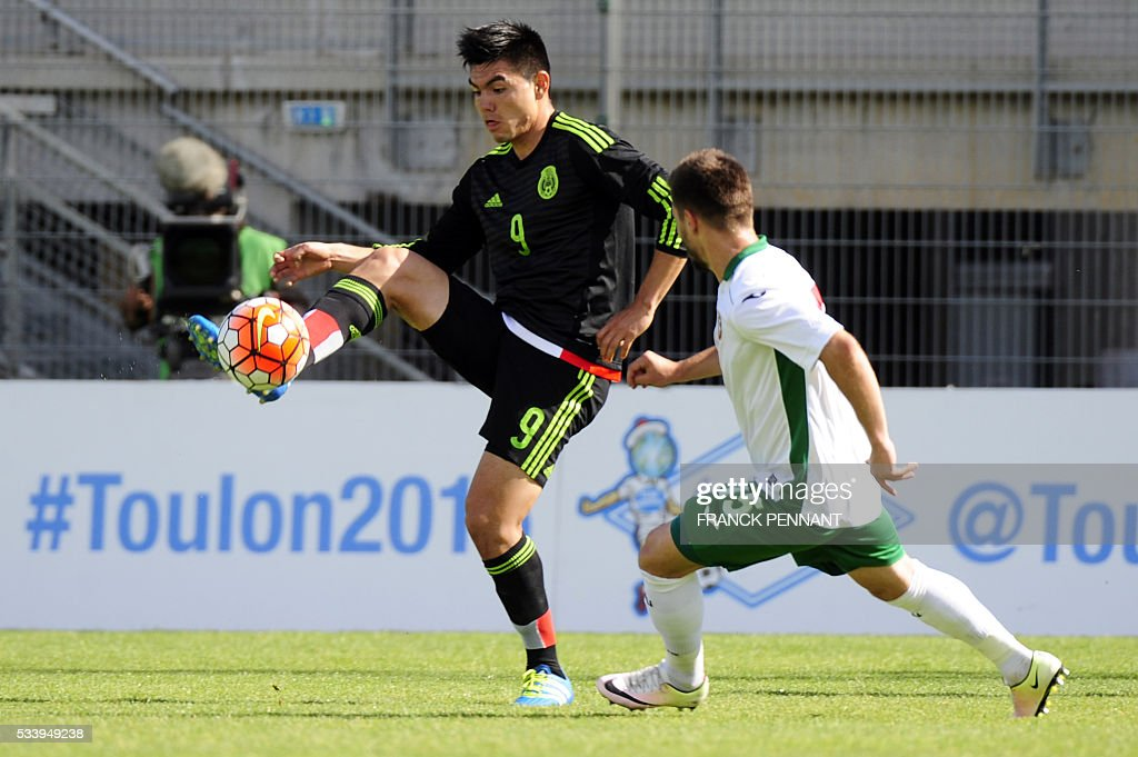 Mexican player Lorona Aguilar (L) fights for the ball with Bulgarian player Kristyan Malinov (R) during the Under 21 International Football championship match between Bulgaria and Mexico at the Perruc stadium in Hyeres, southern France on May 24, 2016, as part of the Toulon Hopefuls' Tournament. / AFP / Franck PENNANT