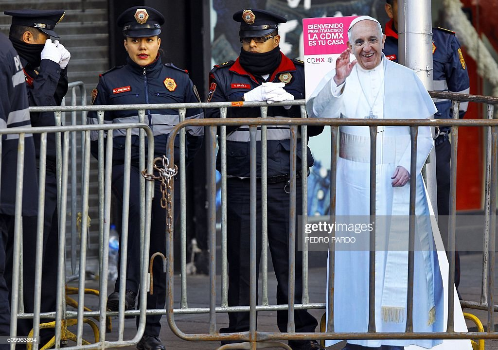 Mexican police members stand guard while Pope Francis heads to the National Palace, in Mexico City on February 13, 2016. Francis will be the first pope to enter Mexico's National Palace to meet President Enrique Pena Nieto, as he starts a cross-country tour that will highlight the country's violence and migration troubles. AFP PHOTO / PEDRO PARDO / AFP / Pedro PARDO