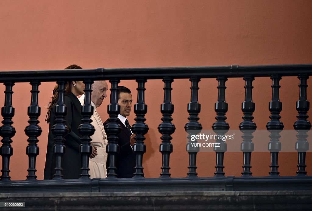 Mexican President Enrique Pena Nieto (R) and his wife Angelica Rivera (L) escort Pope Francis (C) during a tour at the National Palace on February 13, 2016 in Mexico City. Pope Francis called on Mexico's leaders Saturday to provide 'true justice' and security to citizens hit by drug violence as he addressed politicians at the National Palace. AFP PHOTO/ Yuri CORTEZ / AFP / YURI CORTEZ