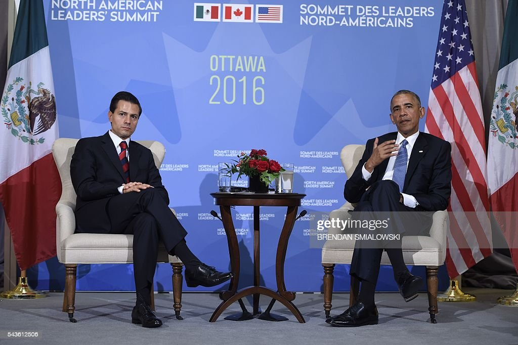 Mexican President Enrique Pena Nieto, and US President Barack Obama speak during a bilateral meeting at the North American Leaders Summit at the National Gallery of Canada on June 29, 2016 in Ottawa, Ontario. / AFP / Brendan Smialowski