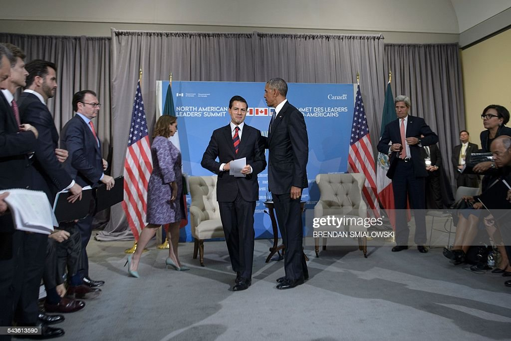 Mexican President Enrique Pena Nieto (L) and US President Barack Obama (R) leave after a meeting during the North American Leaders Summit at the National Gallery of Canada on June 29, 2016 in Ottawa, Ontario. / AFP / Brendan Smialowski