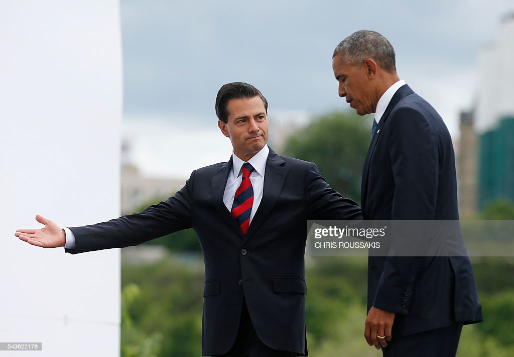 Mexican President Enrique Pena Nieto and US President Barack Obama leave after a group photo during the North American Leaders Summit on June 29, 2016 in Ottawa, Ontario. / AFP / Chris Roussakis