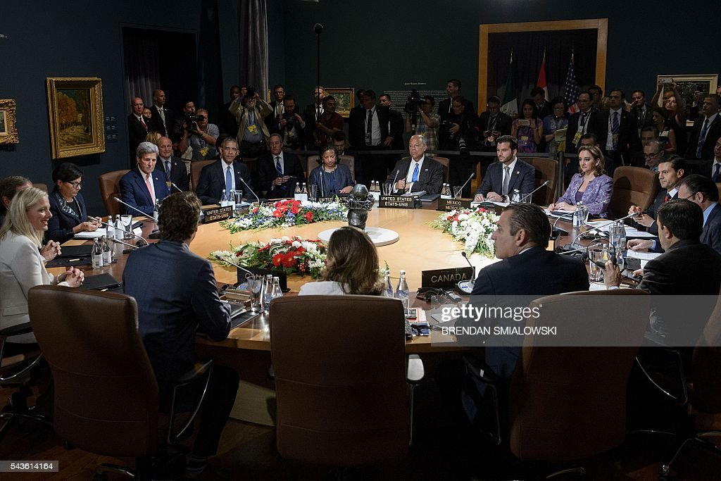 Mexican President Enrique Pena Nieto, Canadian Prime Minister Justin Trudeau and US President Barack Obama and their delegations wait for a working session during the North American Leaders Summit at the National Gallery of Canada on June 29, 2016 in Ottawa, Ontario. / AFP / Brendan Smialowski