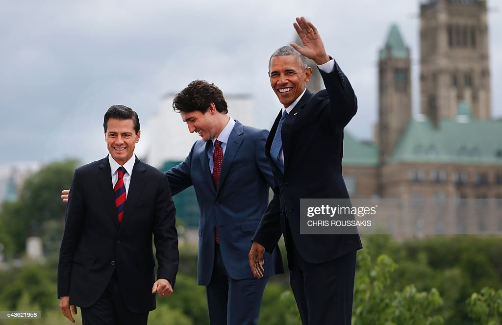 Mexican President Enrique Pena Nieto, Canadian Prime Minister Justin Trudeau and US President Barack Obama pose for a group photo with Canada's Parliament Hill in the background during the North American Leaders Summit on June 29, 2016 in Ottawa, Ontario. / AFP / Chris Roussakis