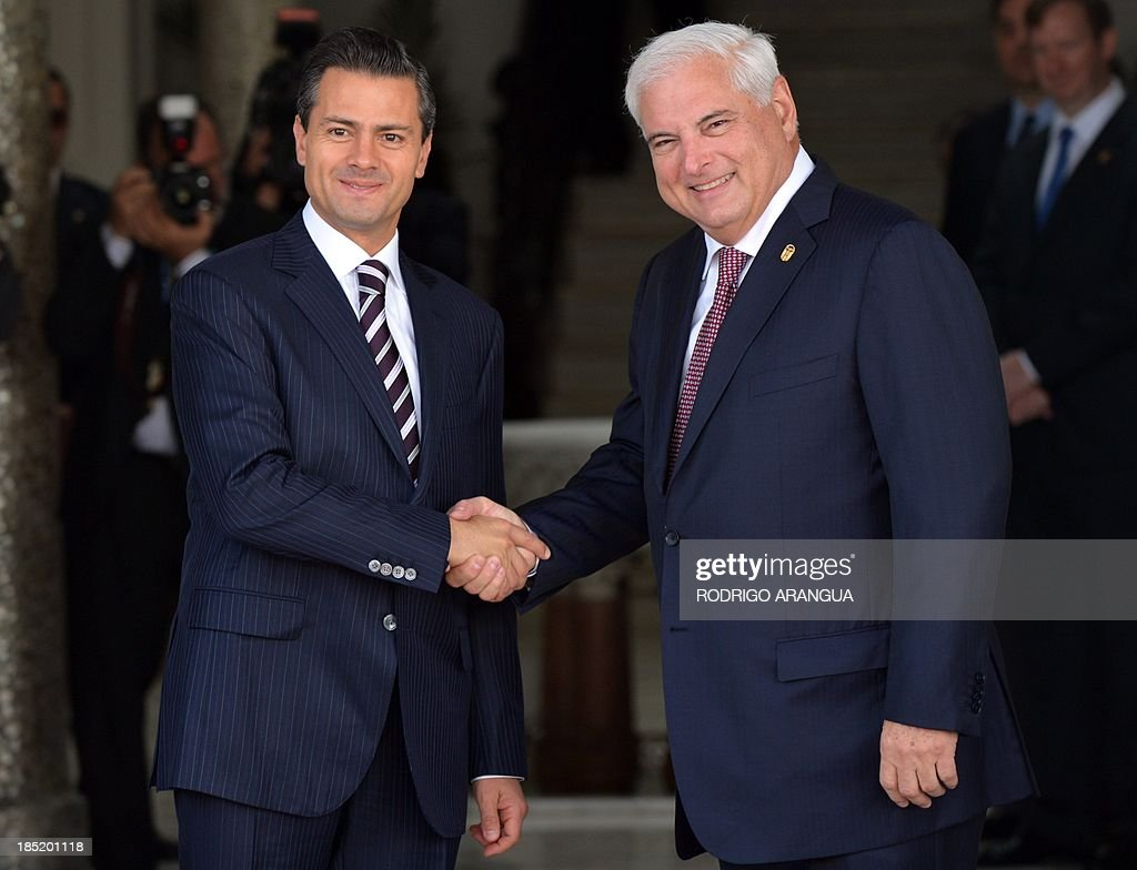 Mexican President Enrique Pena Nieto (L) his welcomed by his Panamanian counterpart Ricardo Martinelli on October 18, 2013 at the Las Garzas Presidential Palace in Panama City, before the beginning of the XXIII Ibero-American Summit. AFP PHOTO / Rodrigo ARANGUA