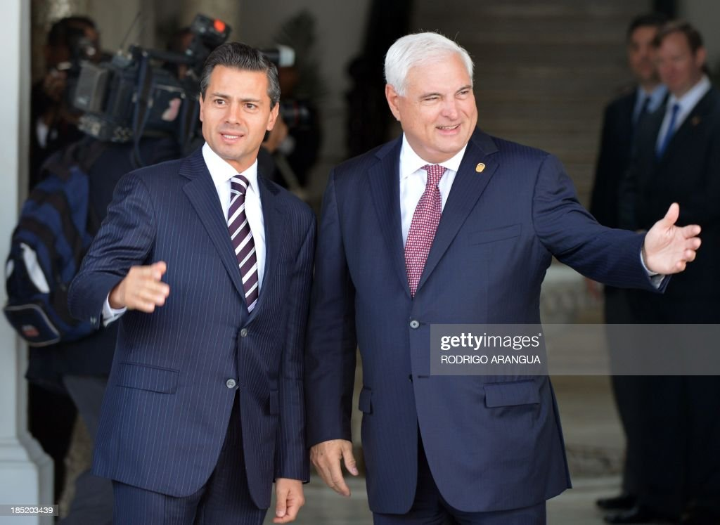 Mexican President Enrique Pena Nieto (L) is welcomed by his Panamanian counterpart Ricardo Martinelli at the Las Garzas Presidential Palace in Panama City on October 18, 2013, before the beginning of the XXIII Ibero-American Summit. AFP PHOTO / Rodrigo ARANGUA
