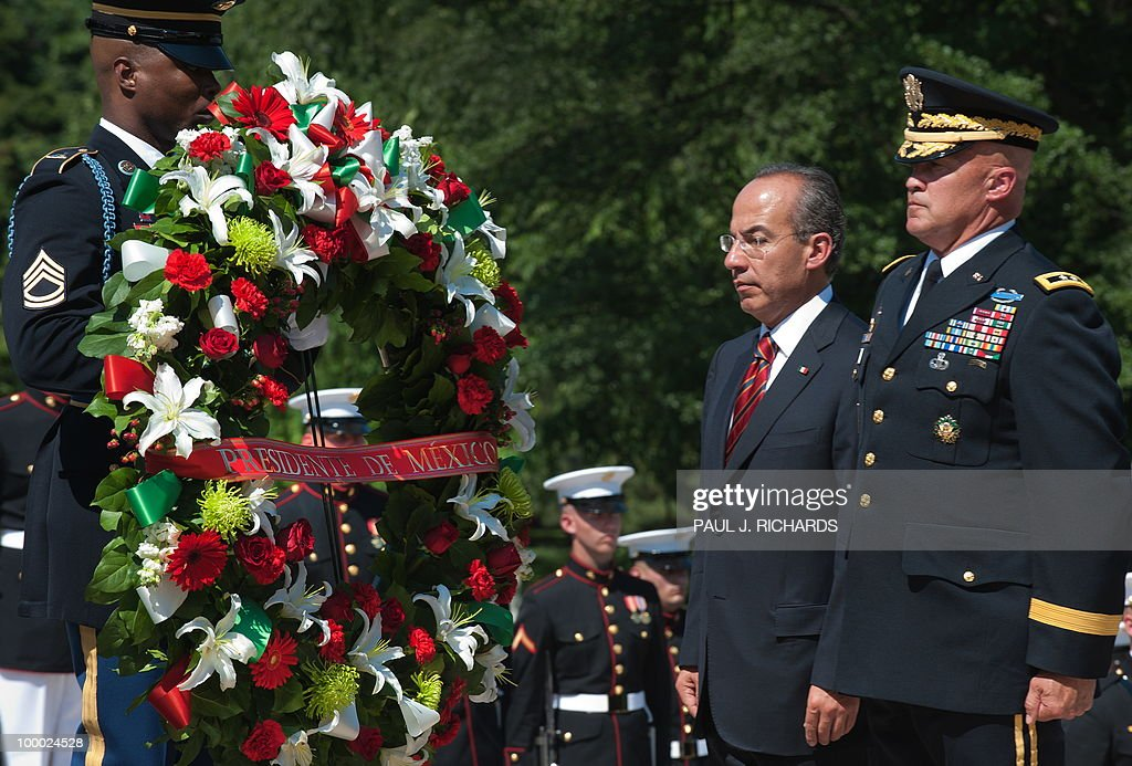 Mexican President Felipe Calderon( L) and US Army Maj. Gen. Karl R. Horst stand at attention at the Tomb of the Unknown Soldier to lay a wreath from Mexico, May 20, 2010, at Arlington National Cemetery in Arlington Virgina. AFP Photo/Paul J. Richards