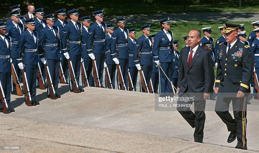 Mexican President Felipe Calderon (L) and US Army Maj. Gen. Karl R. Horst, commanding general, Joint Force Headquarters, walk up the steps at the Tomb of the Unknown Soldier past members of the US Air Force Honor Guard to place a wreath from Mexico, May 20, 2010, at Arlington National Cemetery in Arlington, Virgina. AFP Photo / Paul J. Richards