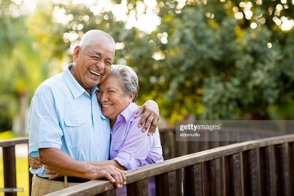 Mexikanische altes Paar Lachen auf Brücke : Stock-Foto