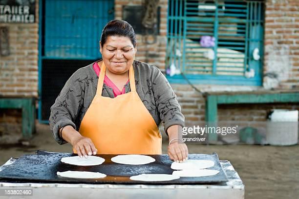 メキシコの女性のためのトルティーヤ