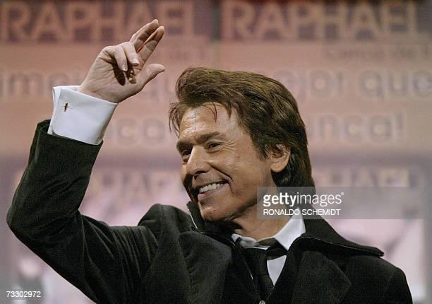 El cantante espanol Raphael saluda durante una conferencia de prensa para presentar su nuevo album 'Cerca de ti' el 12 de febrero de 2007 en Ciudad...