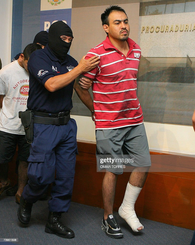 Eleazar Medina Rojas, known as 'El Chelelo' (R), member of a cell of the Gulf cartel - which operated in the northeast of Mexico - is presented to the press on April 23rd, 2007, at the Attorney General's Office in Mexico City, after being arrested in Nuevo Laredo, in the border with the United States. AFP PHOTO/Omar TORRES