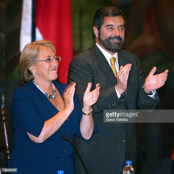 La presidenta de Chile Michelle Bachelet junto al rector de la Universidad Nacional Autonoma de Mexico Ramon de la Fuente aplauden al inicio de un...