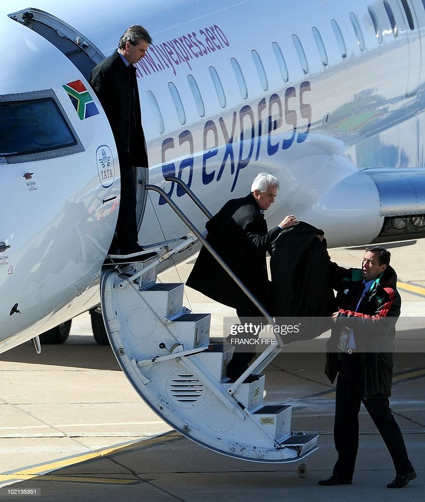 Mexico's coach Javier Aguirre (C) disembark at Polokwane airport, on June 16, 2010. Mexico will play against France in their second first-round match of the 2010 Football Wolrd Cup on June 17.