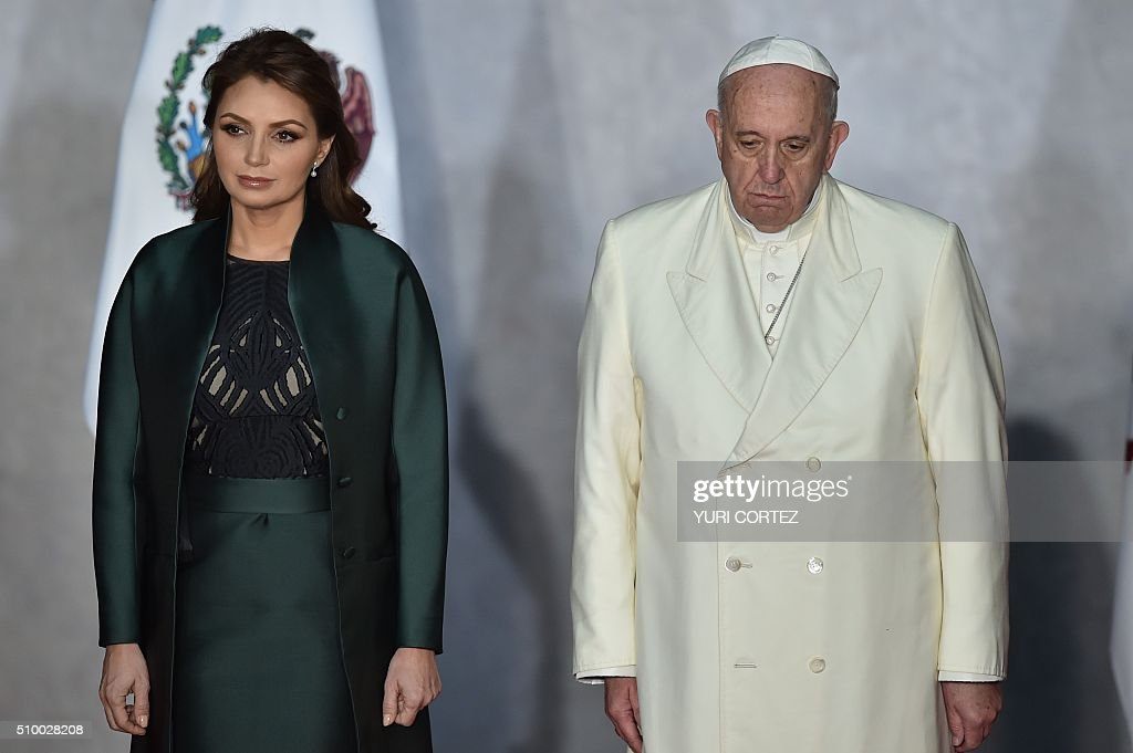 Mexico's first lady Angelica Rivera (L) and Pope Francis (R) upon arrival at the National Palace on February 13, 2016 in Mexico City. Pope Francis called on Mexico's leaders Saturday to provide 'true justice' and security to citizens hit by drug violence as he addressed politicians at the National Palace. AFP PHOTO/ Yuri CORTEZ / AFP / YURI CORTEZ