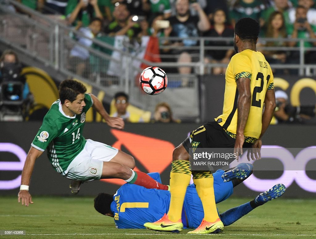 Mexico's Javier 'Chicharito' Hernandez (L) vies fr the ball with Jamaica's goalie Andre Blake and Jamaica's Jermaine Taylor during the Copa America Centenario football match in Pasadena, California, United States, on June 9, 2016. / AFP / Mark Ralston