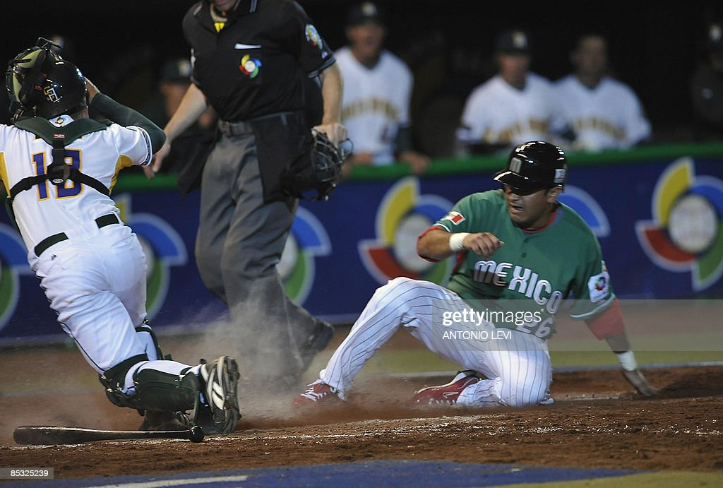 Mexico's Oscar Robles (R) and South Africa's Alessio Angelucci in action during the 2009 World Baseball Classic on March 9, 2009 at the Estadio Foro Sol in Mexico City, Mexico. AFP PHOTO/Antonio LEVI