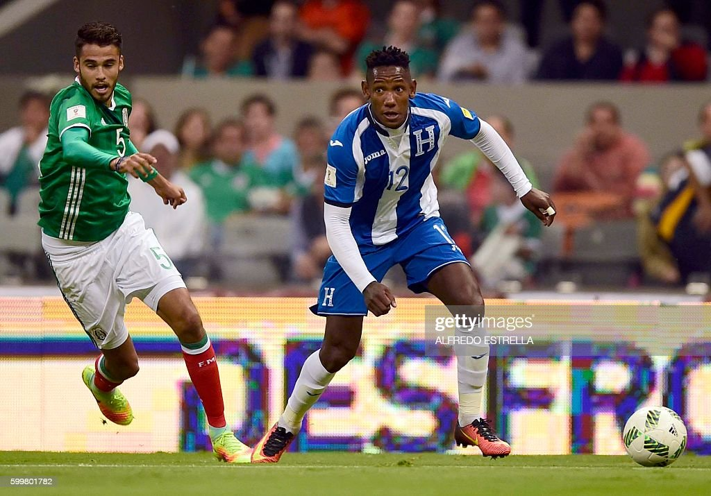 Mexico´s player Diego Reyes (L) vies for the ball with Honduras' Romell Quioto (R) during their Russia 2018 FIFA World Cup qualifier football match, at the Azteca Stadium in Mexico City on September 6, 2016. / AFP / ALFREDO