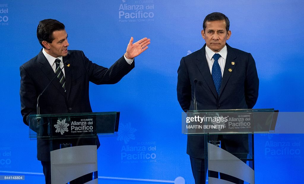 Mexico's President Enrique Pena Nieto (L) and Peru's President Ollanta Humala participate in the XI Pacific Alliance Summit in Puerto Varas, 1150 km south of Santiago, Chile, on July 1, 2016. / AFP / Martin BERNETTI
