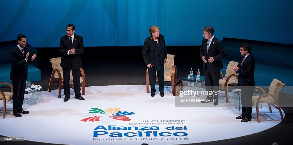 Mexico's President Enrique Pena Nieto, Peru's President Ollanta Humala, Chile's President Michelle Bachelet, Colombia's President Juan Manuel Santos and and Ibero-American Bank president Luis Alberto Moreno are pictured during a meeting of the III Pacific Alliance Business Summit in Frutillar, 1100 km south of Santiago, Chile, on June 30, 2016. / AFP / Martin BERNETTI