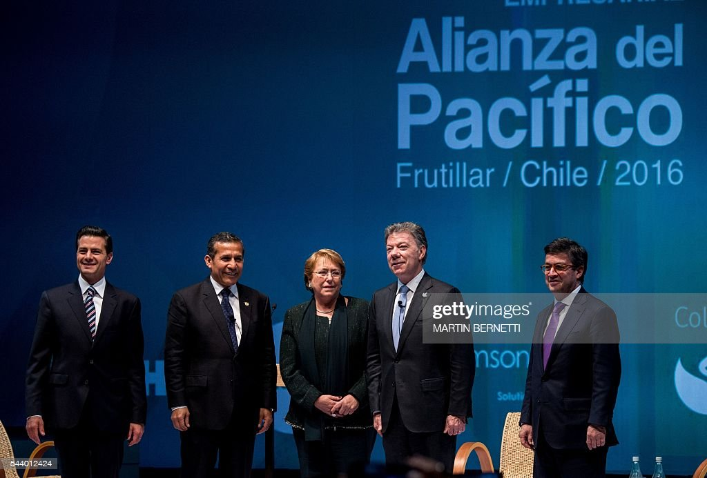 Mexico's President Enrique Pena Nieto, Peru's President Ollanta Humala, Chile's President Michelle Bachelet, Colombia's President Juan Manuel Santos and Inter-American Development Bank president Luis Alberto Moreno, attend the III Pacific Alliance Business Summit in Frutillar, 1.100 km south of Santiago, Chile, June 30, 2016. / AFP / MARTIN