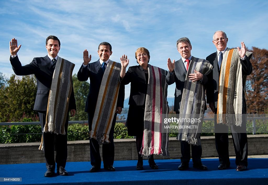 Mexico's President Enrique Pena Nieto, Peru's President Ollanta Humala, Chile's President Michelle Bachelet, Colombia's President Juan Manuel Santos and Peru's President-elect Pedro Pablo Kuczynski pose for the official picture of the XI Pacific Alliance Summit in Puerto Varas, 1150 km south of Santiago, Chile, on July 1, 2016. / AFP / Martin BERNETTI