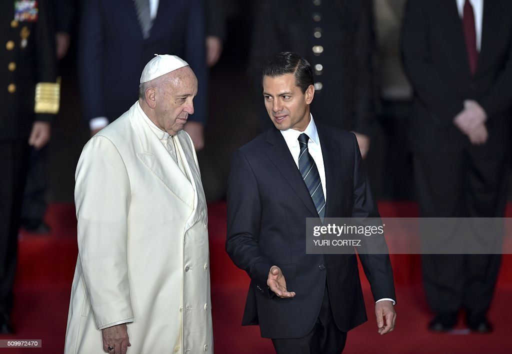 Mexico's President Enrique Pena Nieto (R) talks to Pope Francis upon arrival at the National Palace on February 13, 2016 in Mexico City. Pope Francis called on Mexico's leaders Saturday to provide 'true justice' and security to citizens hit by drug violence as he addressed politicians at the National Palace. AFP PHOTO/ Yuri CORTEZ / AFP / YURI CORTEZ