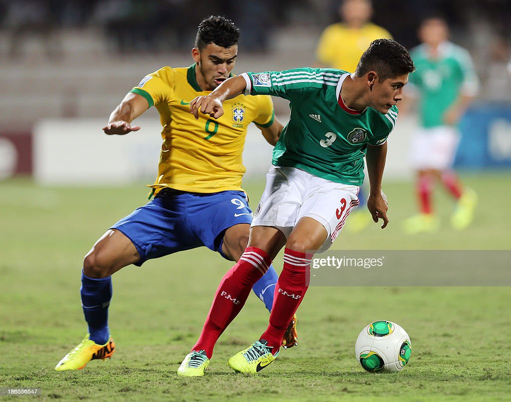 Mexico's Salomon Wbias (R) dribbles past Brazil's Mosquito (L) during their FIFA U-17 World Cup UAE 2013 football match in Dubai on November 1, 2013.