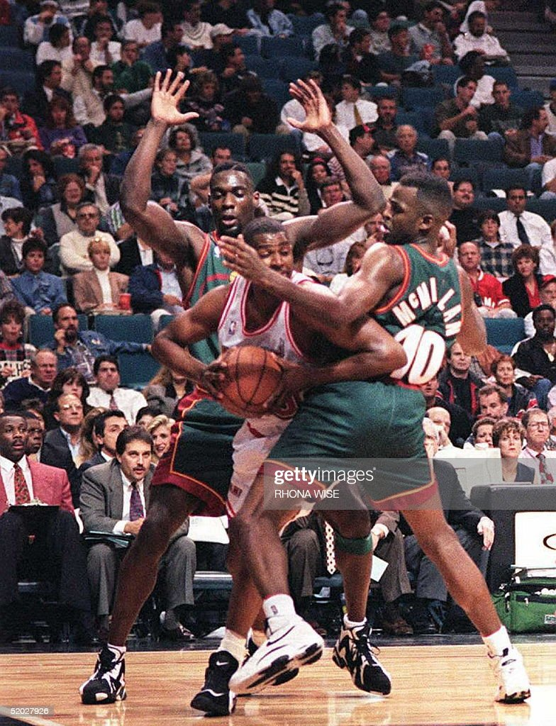 Miami Heat s foward Billy Owens C tries to ar