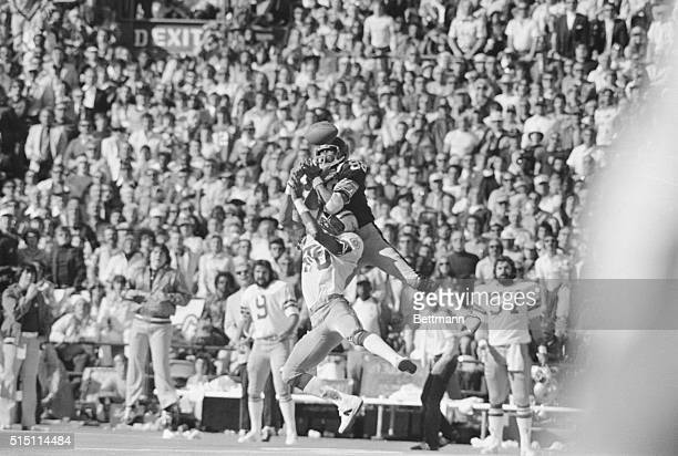 Pittsburgh Steelers' wide receiver Lynn Swann hauls in a sensational catch for 53 yards The Bradshaw heave down the middle in the second quarter...
