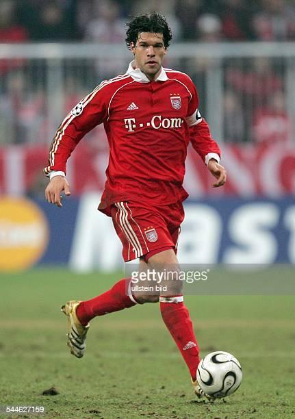 Michael Ballack Mittelfeldspieler Mannschaftskapitän FC Bayern München D läuft mit dem Ball