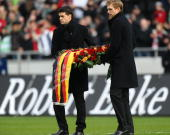 Michael Ballck and Per Mertesacker carry a wreath during Robert Enkes funeral at AWD Arena on November 15 2009 in Hanover Germany Tens of thousands...