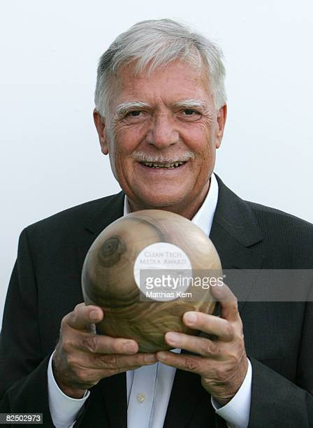 Michael Ballhaus poses with his award during the Clean Tech Media Award 2008 at the Landesvertretung Brandenburg on August 21 2008 in Berlin Germany