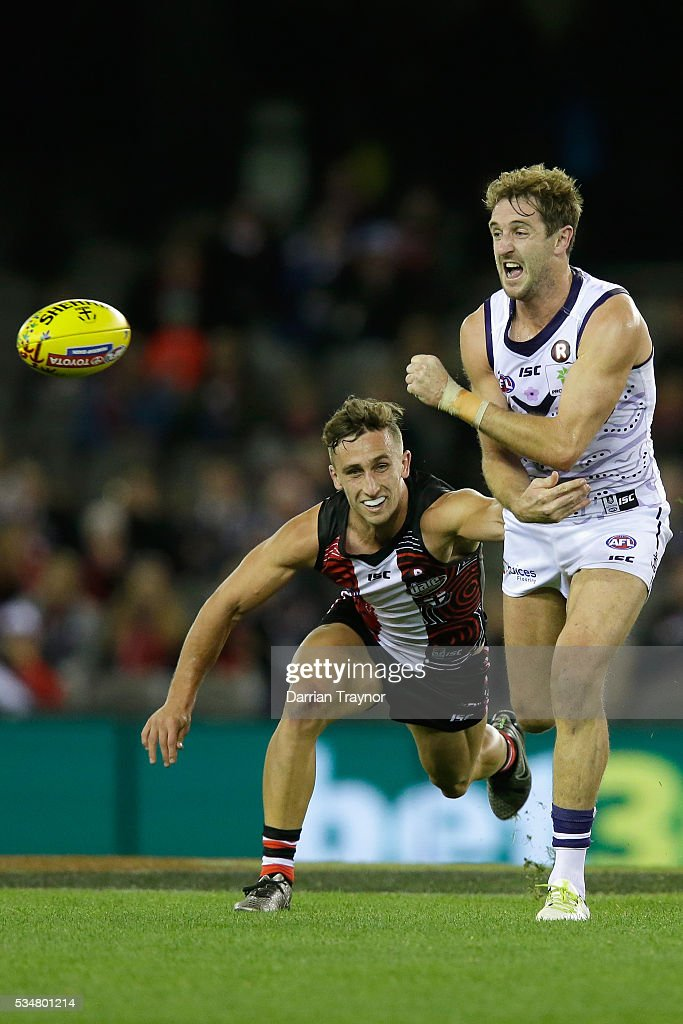 Michael Barlow of the Dockers handballs during the round 10 AFL match between the St Kilda Saints and the Fremantle Dockers at Etihad Stadium on May 28, 2016 in Melbourne, Australia.