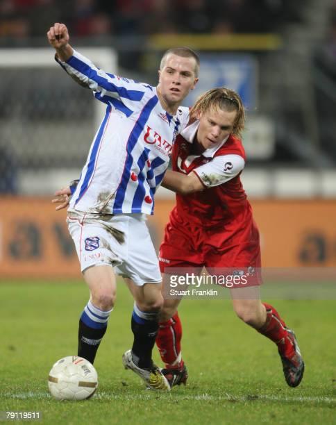 Michael Bradley of Heerenveen challenges Ruud Vormer of AZ Alkmaar during the Dutch Eredivisie match between Heerenveen and AZ Alkmaar at Abe Lenstra...