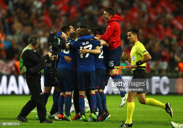 Michael Carrick of Manchester United and his Manchester United team mates celebrate after the UEFA Europa League Final between Ajax and Manchester...