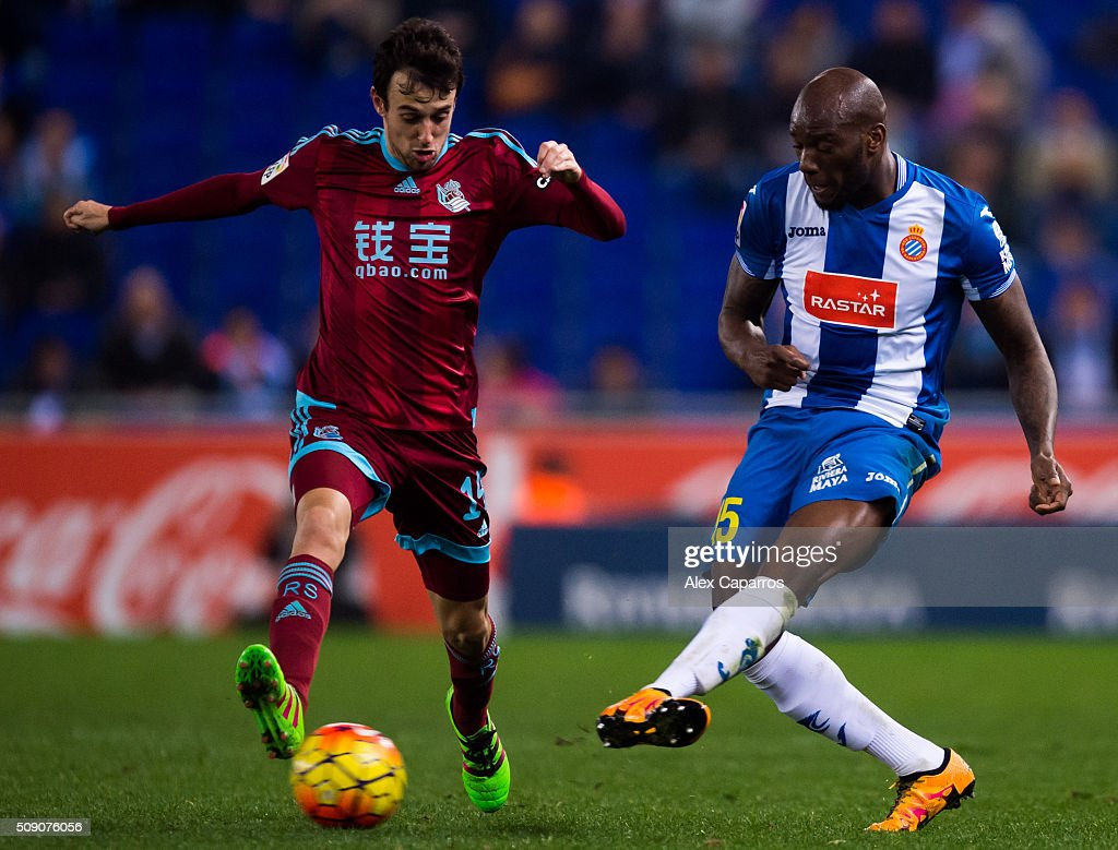 Michael Ciani (R) of RCD Espanyol makes a pass next to Ruben Pardo of Real Sociedad de Futbol during the La Liga match between RCD Espanyol and Real Sociedad de Futbol at Cornella-El Prat Stadium on February 8, 2016 in Barcelona, Spain.