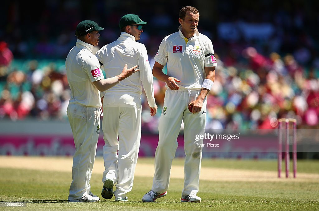 Michael Clarke, David Warner and Peter Siddle of Australia talk during day three of the Third Test match between Australia and Sri Lanka at Sydney Cricket Ground on January 5, 2013 in Sydney, Australia.