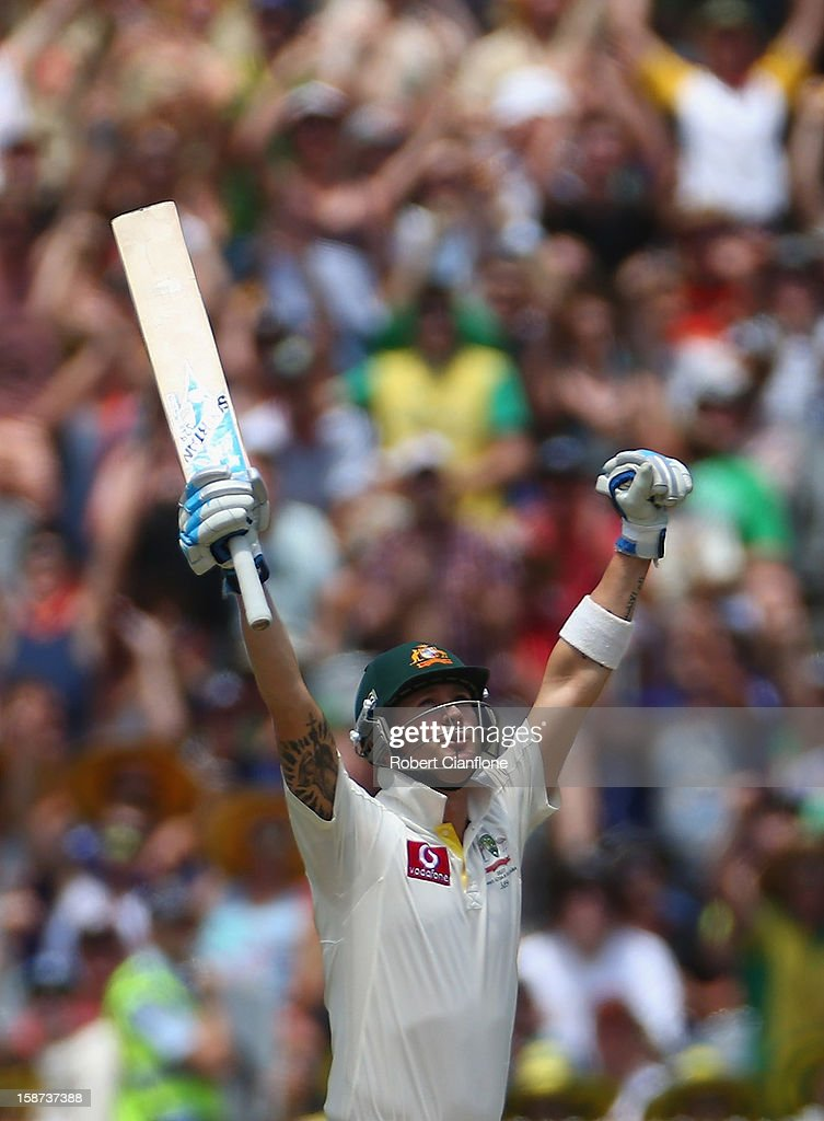 <a gi-track='captionPersonalityLinkClicked' href=/galleries/search?phrase=Michael+Clarke+-+Joueur+de+cricket&family=editorial&specificpeople=175853 ng-click='$event.stopPropagation()'>Michael Clarke</a> of Australia celebrates after scoring his century during day two of the Second Test match between Australia and Sri Lanka at Melbourne Cricket Ground on December 27, 2012 in Melbourne, Australia.