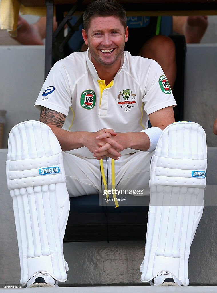 <a gi-track='captionPersonalityLinkClicked' href=/galleries/search?phrase=Michael+Clarke+-+Giocatore+di+cricket&family=editorial&specificpeople=175853 ng-click='$event.stopPropagation()'>Michael Clarke</a> of Australia prepares to bat during Day Two of the Second Test between Pakistan and Australia at Sheikh Zayed Stadium on November 1, 2014 in Abu Dhabi, United Arab Emirates.