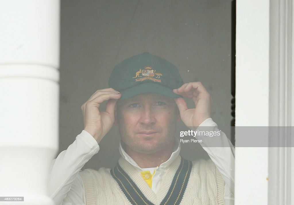 <a gi-track='captionPersonalityLinkClicked' href=/galleries/search?phrase=Michael+Clarke+-+Joueur+de+cricket&family=editorial&specificpeople=175853 ng-click='$event.stopPropagation()'>Michael Clarke</a> of Australia prepares to take to the field during day two of the 4th Investec Ashes Test match between England and Australia at Trent Bridge on August 7, 2015 in Nottingham, United Kingdom.