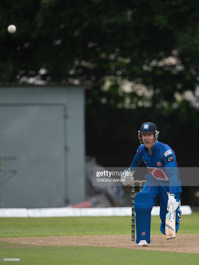 Michael Clarke of the Kowloon Cantons plays a shot against Hung Hom JD Jaguars during the Hong Kong T20 Blitz cricket tournament in Hong Kong on May 28, 2016. Former Australia captain Michael Clarke on May 27 said his body felt 15 years younger after a spell away from cricket as he prepared for a comeback at the Hong Kong T20 Blitz. / AFP / TENGKU