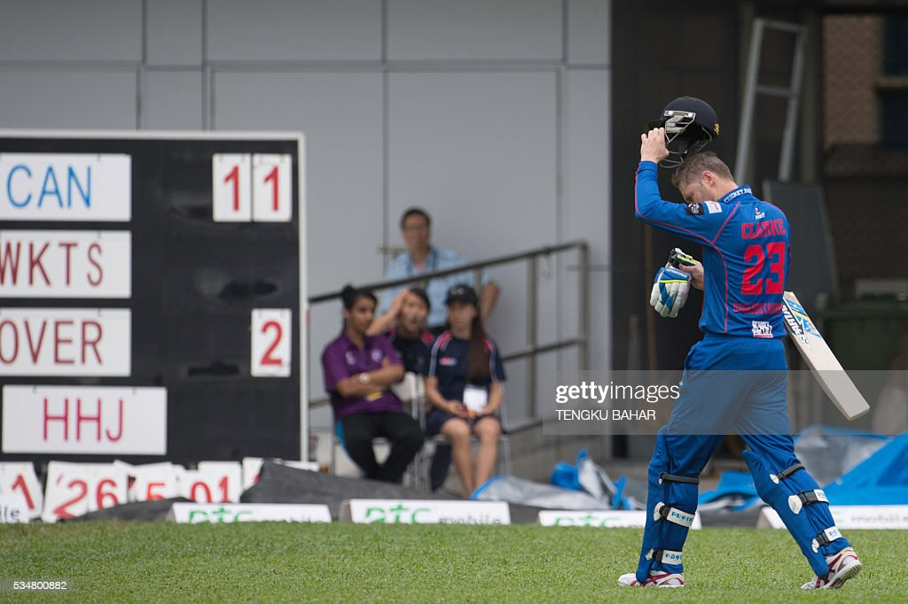 Michael Clarke of the Kowloon Cantons walks back to the pavilion after he was dismissed for six runs while playing against Hung Hom JD Jaguars during the Hong Kong T20 Blitz cricket tournament in Hong Kong on May 28, 2016. Former Australia captain Michael Clarke on May 27 said his body felt 15 years younger after a spell away from cricket as he prepared for a comeback at the Hong Kong T20 Blitz. / AFP / TENGKU