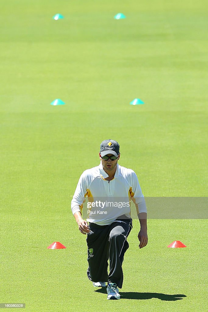 <a gi-track='captionPersonalityLinkClicked' href=/galleries/search?phrase=Michael+Clarke+-+Joueur+de+cricket&family=editorial&specificpeople=175853 ng-click='$event.stopPropagation()'>Michael Clarke</a> takes part in a fitness drill during an Australian One Day International training session at WACA on January 30, 2013 in Perth, Australia.