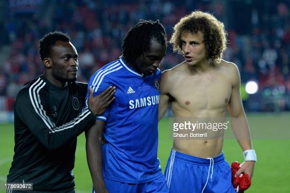 Michael Essien and David Luiz console Romelu Lukaku of Chelsea after defeat in the UEFA Super Cup between Bayern Muenchen and Chelsea at Stadion Eden...