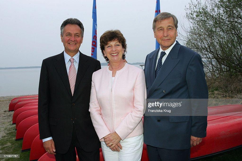 <a gi-track='captionPersonalityLinkClicked' href=/galleries/search?phrase=Michael+Frenzel&family=editorial&specificpeople=722251 ng-click='$event.stopPropagation()'>Michael Frenzel</a> (Li, Tui Geschäftsführer), Bundeswirtschaftsminister <a gi-track='captionPersonalityLinkClicked' href=/galleries/search?phrase=Wolfgang+Clement&family=editorial&specificpeople=211381 ng-click='$event.stopPropagation()'>Wolfgang Clement</a> (Spd) Und Ehefrau Karin Bei Der Benefiz-Gala Anlässlich 5 Jahre Land Fleesensee Und 50 Jahre Sos Kinderdörfer Im Radisson Sas Schlosshotel Am 300405