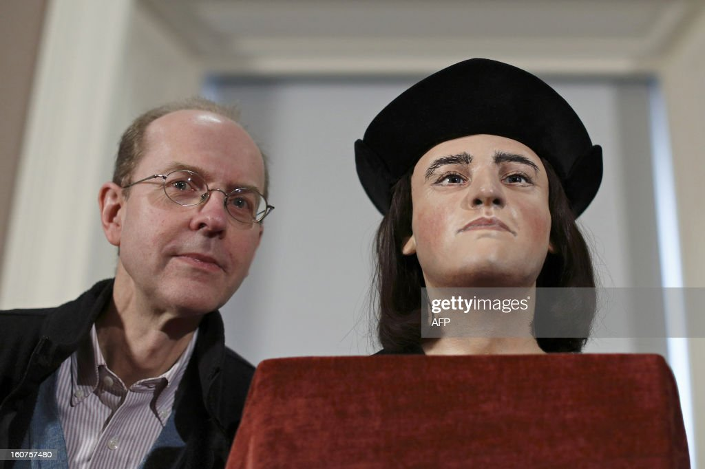 Michael Ibsen, (L) a descendant of England's King Richard III, poses for pictures with a plastic facial model made from the recently discovered skull of the king, during a press conference in London, on February 5, 2013. The face of England's king Richard III was revealed for the first time in more than 500 years on Tuesday following a reconstruction of his skeleton found underneath a carpark.